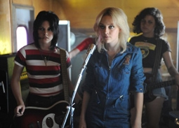 Kristen Stewart as Joan Jett & Dakota Fanning as Cherie Currie in The Runaways